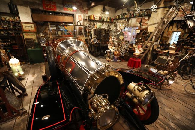 De nagebouwde garage van de familie Potts in het National Motor Museum