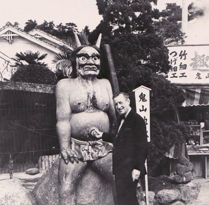 Ian Fleming in Japan voor achtergrond informatie voor You Only Live Twice. (c) onbekend