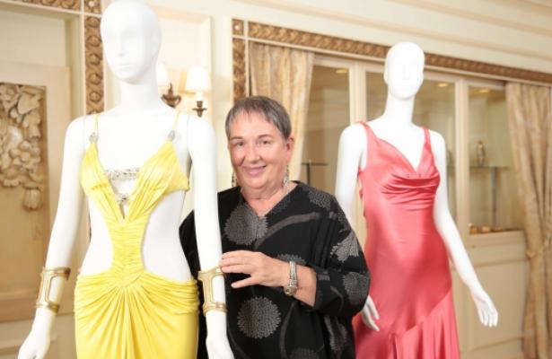 Lindy Hemming met haar creaties voor de film Casino Royale