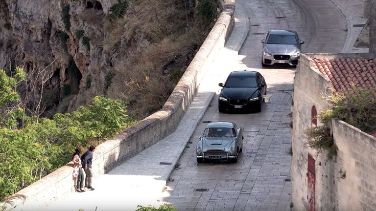 No Time To Die Aston Martin DB5 MAtera Italie achtervolging Jaguar