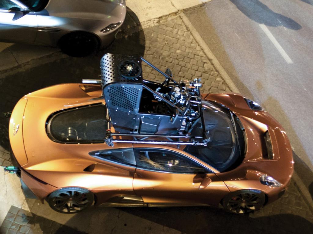 De Jaguar X-C75 met chassisnummer 24001 tijdens de opnames in Rome.